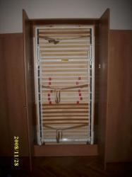 otevřené sklopné lůžko<br/>otevřete dveře skříně a kouká na V8s postýlka