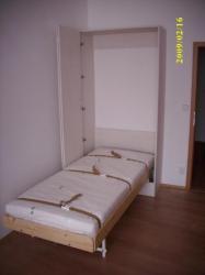 sklopná postel v bílé skříni<br/>druhá varianta otvírání dveří - dveře jsou zalamovací a otvírají se na jednu stranu.Panty umožňují otvírání na 175°